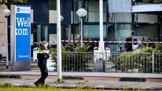 Бус се вряза в редакцията на вестник в Амстердам