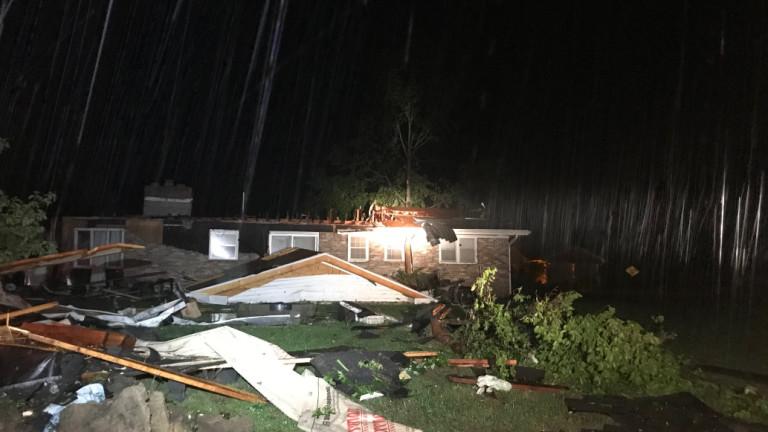 Най-малко трима души са загинали от торнадо, което премина през