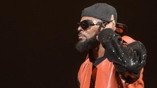 Spotify премахна песните на Ар Кели от плейлистите си