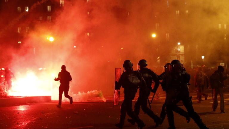 Френската полиция за борба с безредиците се сблъска с протестиращите