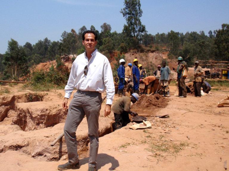 Менел заедно с работниците в мината в Руанда