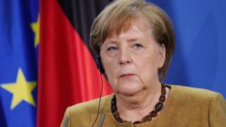 Меркел не смята да облекчава мерките