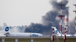"""Огромен черен дим на московското летище """"Внуково"""" преди кацането на Тилърсън"""