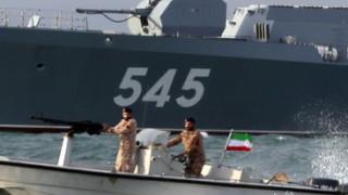 Кораб на САЩ стреля предупредително към катери на Иран
