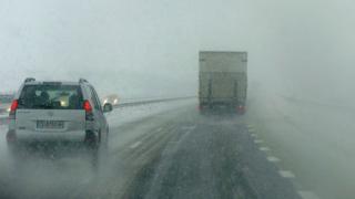 Снегът затрудни движението по пътищата