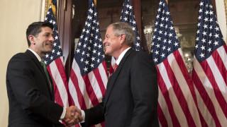 US конгресмен извади заредено оръжие на среща, за да докаже, че проблемът не е в оръжията