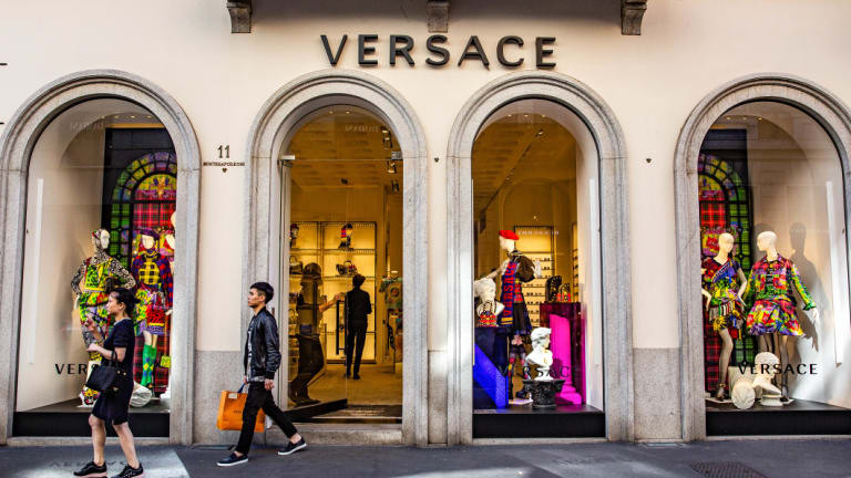 Michael Kors Holdings купува италианската модна марка Gianni Versace за