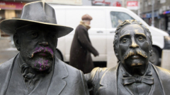 Вандали нашaриха статуите на Славейкови в София