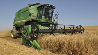 Българските фермери купуват комбайни и друга техника въпреки кризата