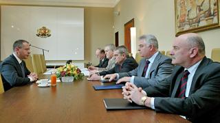 Пазим посолството ни в Белград