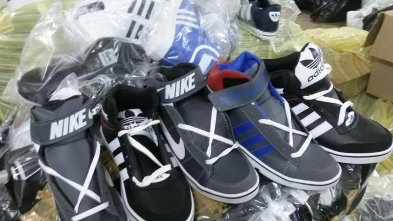 Митничари задържаха 3079 текстилни изделия, парфюми и спортни обувки при
