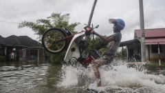 Наводнения взеха жертви в Тайланд