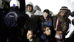 Мигранти легнаха на жп линия на гръцко-македонската граница