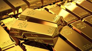 Цената на златото слабо расте с отслабването на долара