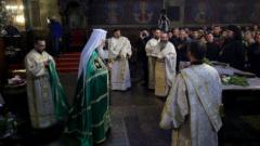 Хиляди християни се стекоха в храмовете за поклонение пред кръстната смърт на Спасителя