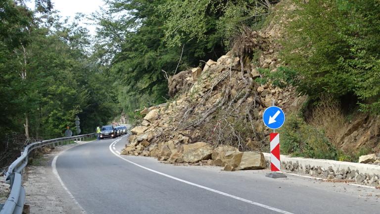 Продължават проблемите със свлачището по пътя към Рилския манастир, предаде
