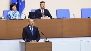 Румен Радев иска парламентът да не е обслужващ персонал на Борисов