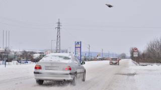 Пътните настилки са мокри и заснежени