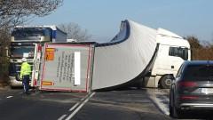 Камион се обърна на Е-79 край Дупница и разля гориво