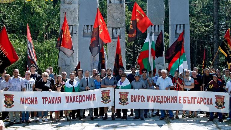 Часове след като от десетки хиляди гърци излязоха на протест