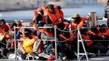 Спасиха 80 мигранти от гумена лодка край бреговете на Либия