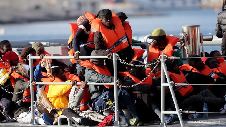 Катер на гръцката брегова охрана се вряза в лодка с мигранти