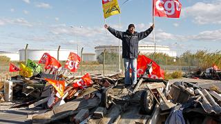 """Огън и газ """"украсиха"""" стачките във Франция"""