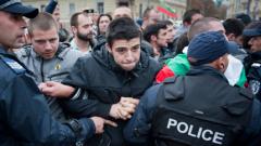 Ранобудните и други се сблъскаха с полицията край парламента