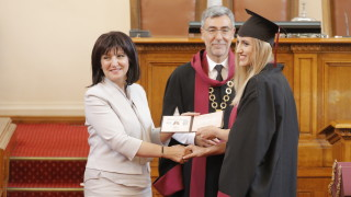 Караянчева подари фототипно издание на Търновската конституция на бъдещите юристи
