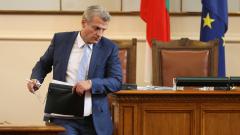 Няма забавени преписки за лечение на дете в чужбина, уверява Москов в НС