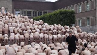 Американец разсъблича хиляди за масови голи фотографии