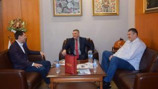 Президентът на Българската федерация по волейбол Любо Ганев се срещна с ректора на УНСС Кирил Евтимов също присъства на срещата