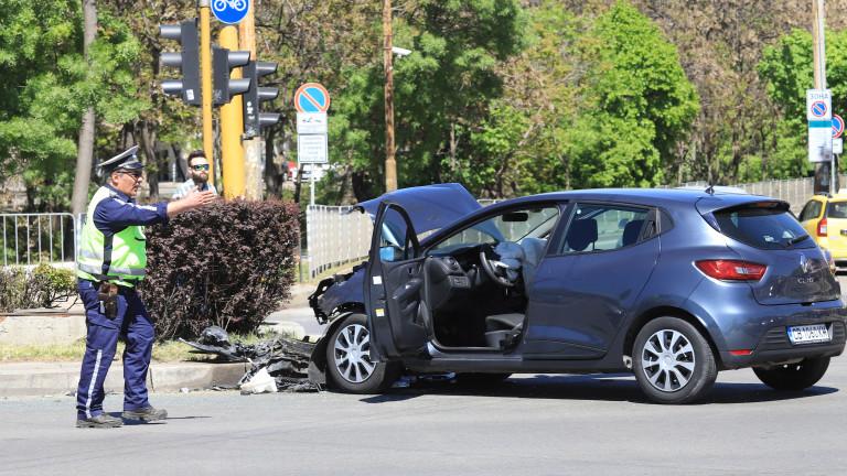 Тежък пътен инцидент в столицата. два автомобила се удариха челно