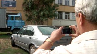 Инспектори дебнат паркирани върху тревни площи коли