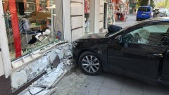 Кола се вряза в магазин на столичен булевард