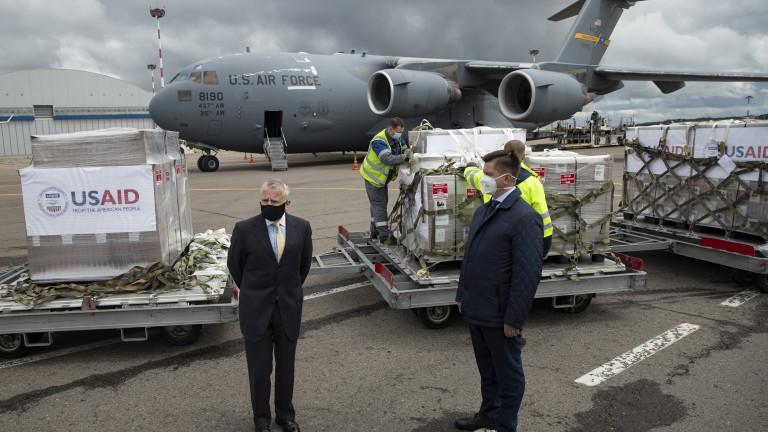 Американски военен самолет с респиратори кацна в Москва. САЩ даряват