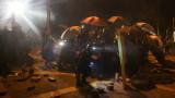 Китайски войници почистват улиците на Хонконг