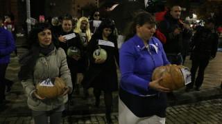 """Протест по хелоуински: Много тикви, наслов """"Да сготвим Бойко"""""""