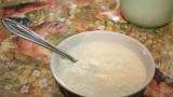 В част от цедените кисели млека има и тапетно лепило?