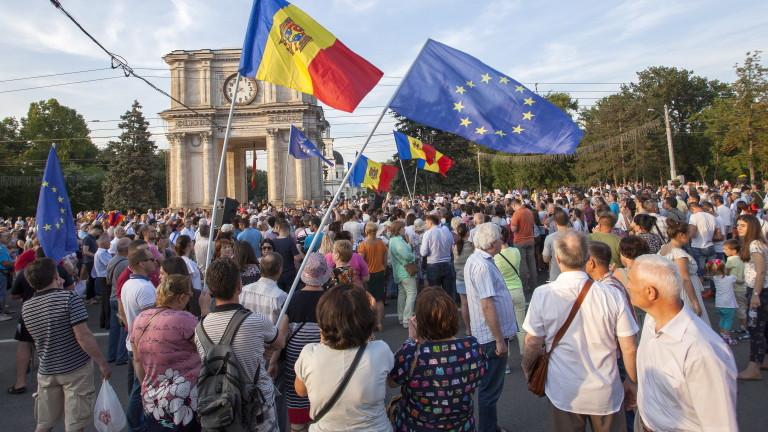 Молдовски политици напускат страната