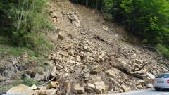 Разцепване на планински масив застрашава път в Благоевград