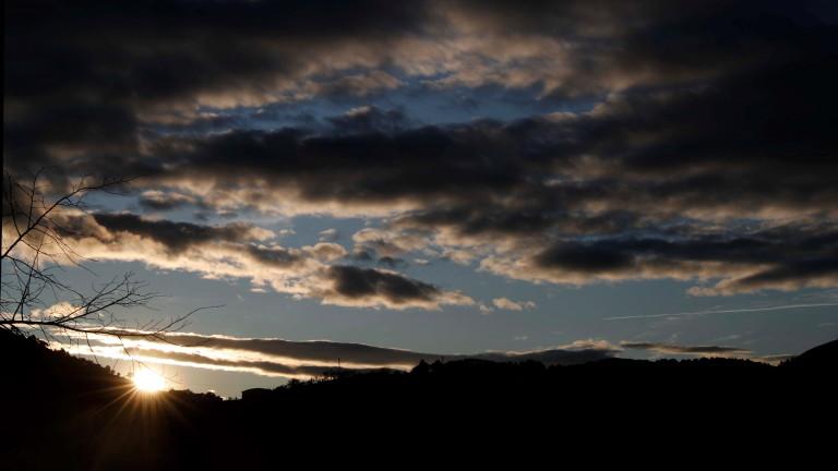 Атмосферното налягане е по-ниско от средното за месеца и още