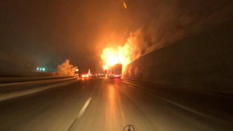 Тежкотоварен автомобил гори на магистрала