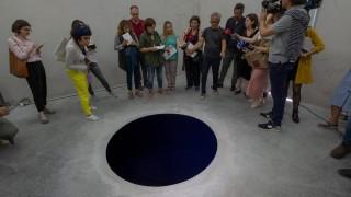 Мъж падна в нарисувана дупка