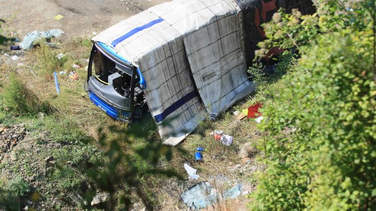 Шофьор на линейка е управлявал катастрофиралия край Своге бус