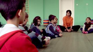 Малчугани борят стреса с Йога в училище