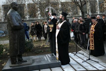 Издигнаха паметник на Буров в градинката до БНБ