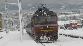 Снегът парализира част от страната
