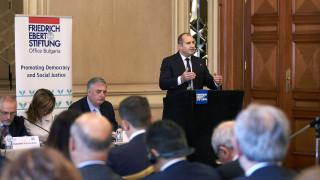 Радев критикува целувките и прегръдките на Борисов с евролидерите