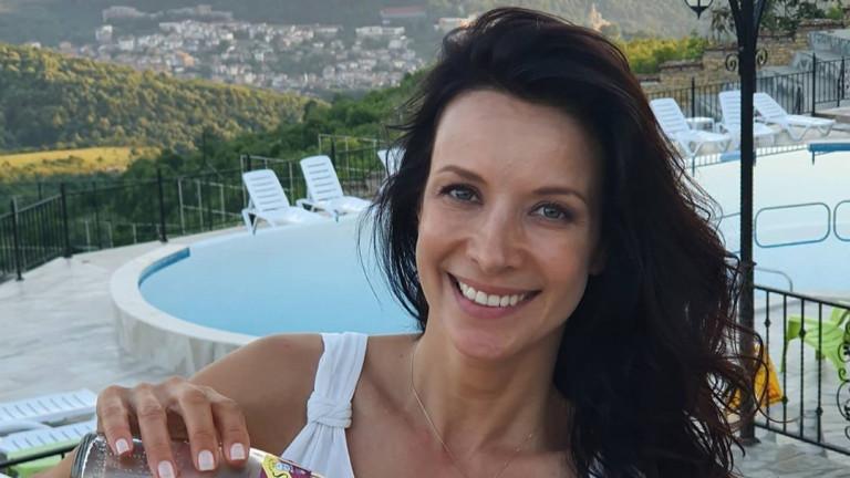 От няколко седмици Яна Маринова е на турне в България,